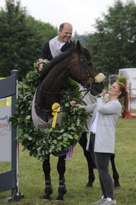 Foto: Die Geschäftsführerin der Holsteiner Masters, Lina Preuss, gratuliert dem Sieger Jan Philipp Schultz zum Sieg in der ersten Etappe - Fotograf: Jörg Lühn