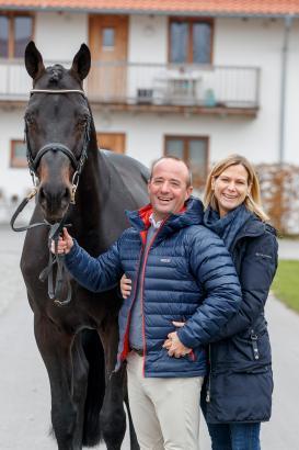 Foto: Elke & Tobias Bachl mit dem Siegerhengst Selle Francais 2013, Adzaro de L'Abbaye B