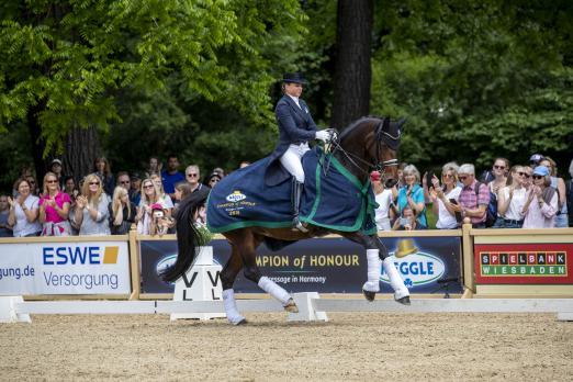 Foto: Dorothee Schneider und Pathetique mit Bestnoten - Fotograf: Sportfotos-Lafrentz.de