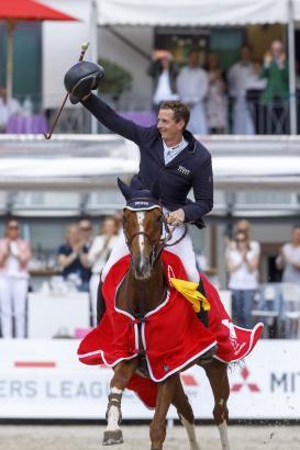 """Foto: Wurde begeistert gefeiert und freute sich riesig - Felix Hassmann hat mit Balance die """"Goldene Peitsche"""" aus Nörten-Hardenberg entführt - Fotograf: Stefan Lafrentz"""