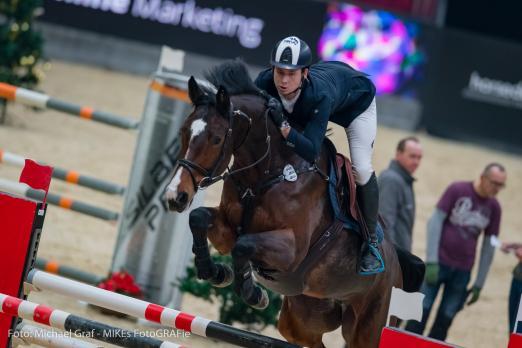 Foto: Die 13. Amadeus Horse Indoors beginnen mit einem EY Cup-Auftaktsieg für Tobias Schwarz (GER) im EY Cup U25. Bestes österreichisches Duo im Auftakt zum weltweit bedeutendsten Nachwuchscup, dem EY-Cup U25, waren Lisa Schranz und Cascadeur - Fotograf: © Michael Graf