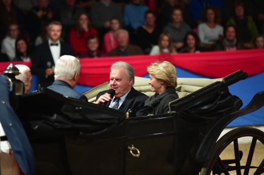 Foto: Auktionator Uwe Heckmann zelebriert gemeinsam mit EU-Präsidentin Ursula von der Leyen (r.) und tausenden Gästen sein 40-jähriges Jubiläum in Vechta - Fotograf: Gr. Feldhaus