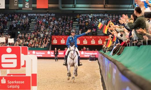 Foto: Christian Ahlmann und Caribis Z werden nach dem Sieg in der Wertung zum Longines FEI Jumping World Cup vom Leipziger Publikum gefeiert - Fotograf: Thomas Hellmann