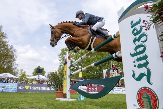 Foto: Heiko Schmidt gewinnt auf seinem Erfogshengst Chap das Championat von Lübz - Fotograf: Lafrentz
