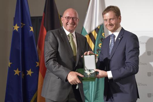 Foto: Ministerpräsident Michael Kretschmer überreicht Volker Wulff den Verdienstorden des Freistaates Sachsen - Fotograf: Matthias Rietschel