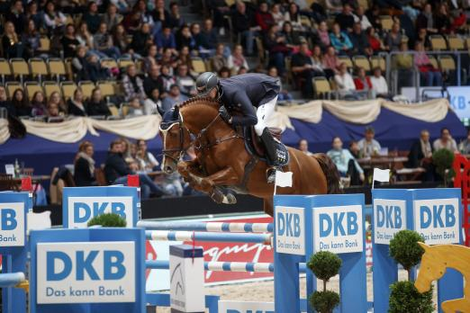 Foto: Felix Haßmann sprang mit Balzaci zum Sieg im Großen Preis der Deutschen Kreditbank AG - Fotograf: Sportfotos-Lafrentz