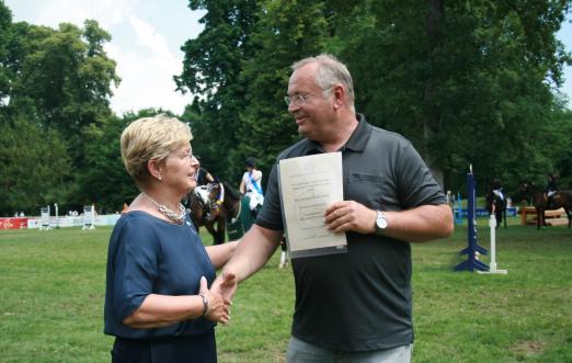 Foto: Die Verleihung der Silbernen Ehrennadel an WRFC-Präsidentin Kristina Dyckerhoff durch den Vorsitzenden des Kreisreiterbundes Albert Schäfer