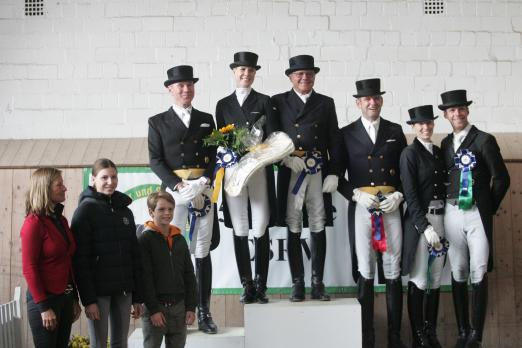 Foto: Juliane Burfeind und die Platzierten und Sponsoren des Grand Prix Special in Schenefeld - Fotograf: Pegamo/ Brüske