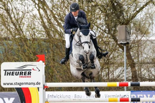 Foto: Kam, sah und gewann die Große Tour am Samstag in Ehlersdorf: Simon Heineke vom Wedeler Moorhof mit der Stute Early bird - Fotograf: Fotografie CB