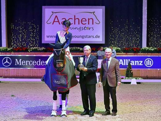 Foto: Kimberly Pap (NED) freut sich über den Pokal und die Gratulationen von Klaus Peters und ALRV-Präsident Carl Meulenbergh - Fotograf: Alexander Marx