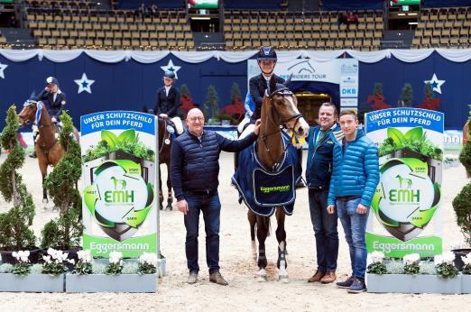 Foto: Verena Haller und Con-Kolibri siegten 2018 im Finale des Eggersmann Junior Cup. Turnierchef Volker Wulff (l.) freut sich schon auf das diesjährige Finale - Fotograf: Thomas Hellmann