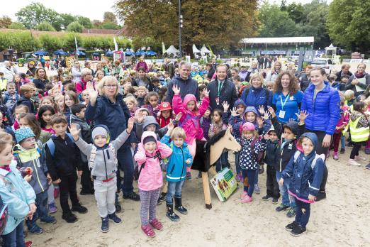 Foto: Freitag ist Kindertag bei der Paderborn Challenge mit Malwettbewerb und Kinder-Rallye, die Gewinner erhalten ein Holzpferd des Vereins Pferde für unsere Kinder - Fotograf: Thomas Hellmann