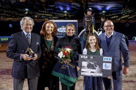 Foto: Toni und Marina Meggle sowie Veranstalter Volker Wulff freuen sich für Dorothee Schneider über die erneute Auszeichnung zum MEGGLE Champion of Honour over all - Fotograf: Sportfotos-Lafrentz