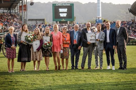 Foto:Die Vorjahressieger von sportschau.de (rechts) mit den Platzierten und den Jurymitgliedern - Fotograf: CHIO Aachen/ Franziska Sack